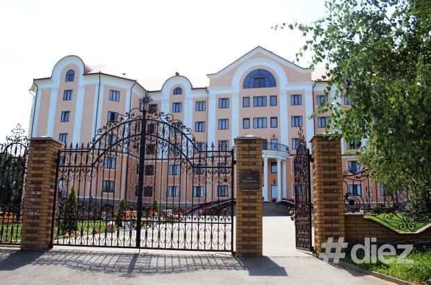 Intrarea în Casa Pelerinului din cadrul Mănăstirii Bănceni.