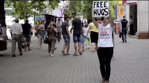 (video) O tânără susținătoare a persoanelor HIV+ a oferit îmbrățișări gratuite chișinăuienilor