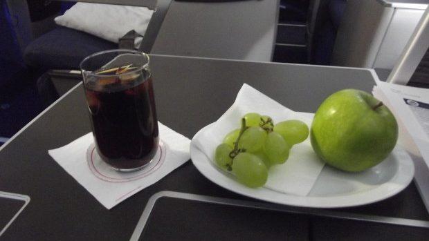 Pasagerii Air Moldova vor primi mere, struguri și prune