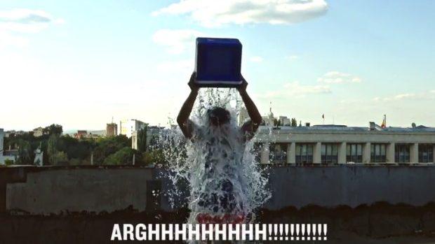 (video) Mihai Țurcanu a botezat acoperișul Tipografiei 5 cu un Ice Water Bucket Challenge