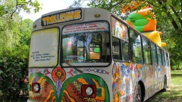 """Biblioteca """"Trolleybook"""" oferă un program educativ și distractiv de Ziua Limbii Române"""