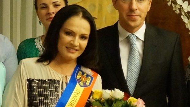 (foto, video) Chirtoacă i-a înmânat Sofiei Rotaru însemnele de cetățean de onoare a Chișinăului