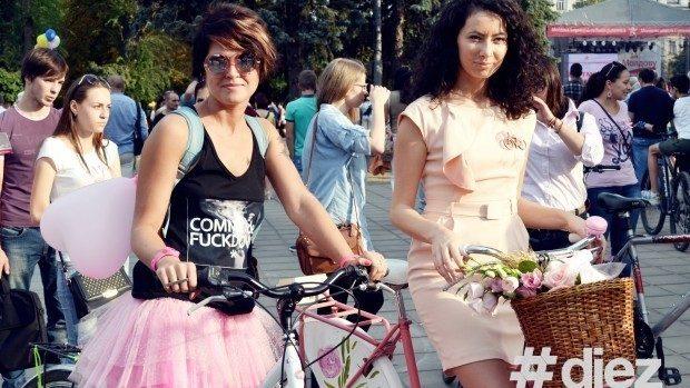 (foto) Fete pe Biciclete, în scop nobil, au purtat ținute roz și biciclete decorate