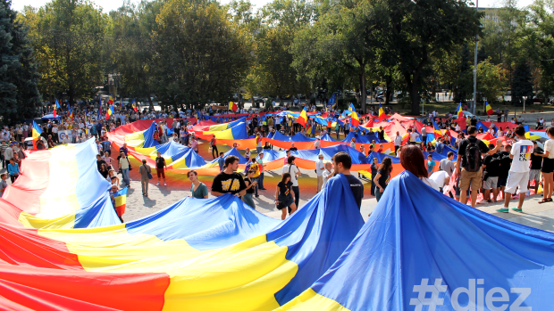 (foto) Au întins un tricolor de 300 de metri în inima Chișinăului