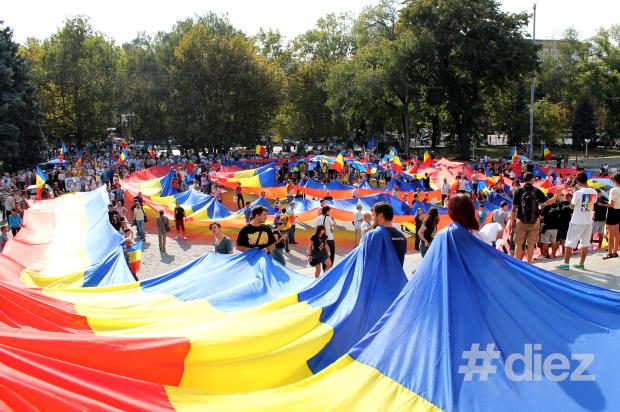 """Marșul Tricolorului, 14 septembrie 2014, scuarul din fața Teatrului de Operă și Balet """"Maria Bieșu"""""""