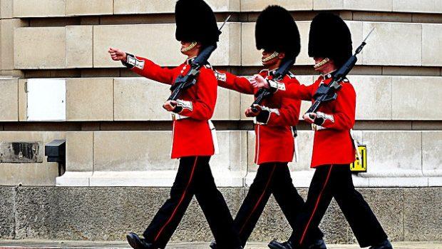 (video) Soldat din garda Reginei Elisabeta, anchetat pentru că patrula în pași de dans