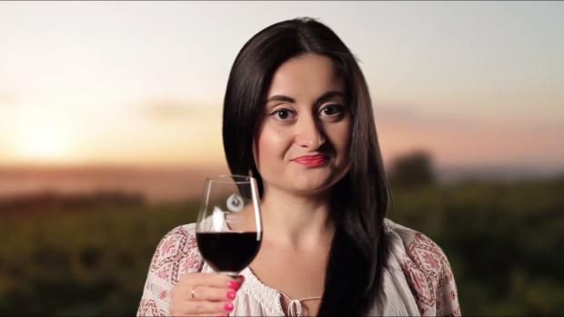 """(video) Corina Țepeș apreciază vinul adevărat – """"Vinul Moldovei. O legendă vie"""""""