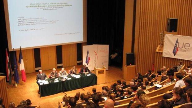 Studenții de la științe politice sunt invitați la un congres în Marea Britanie
