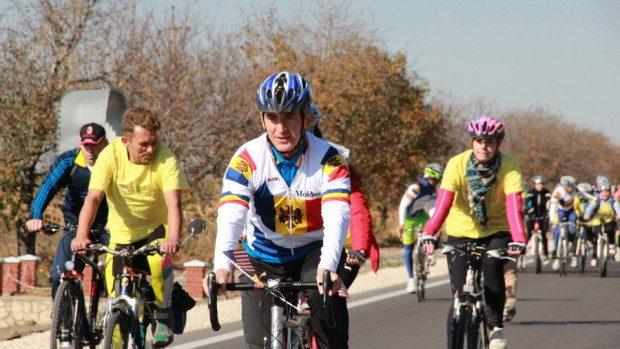 (foto) Leancă a participat la o cursă pe biciclete pe un drum proaspăt reparat