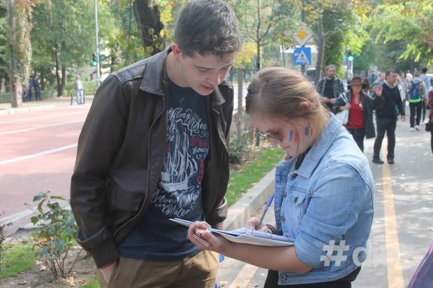 Membrii Tinerilor Moldovei au întâlnit pe cei veniţi la marş şi i-au înscris în liste