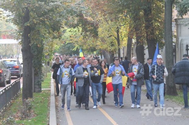 Bucureştenii venind la marş în număr mare