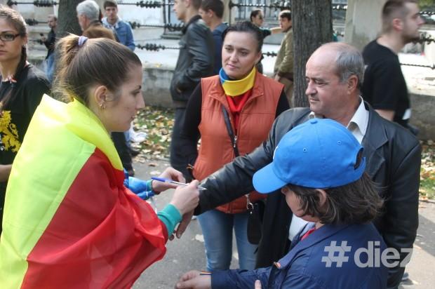 Cei de la Tinerii Moldovei au şi legat panglice tricolore la mâinile celor veniţi la marş