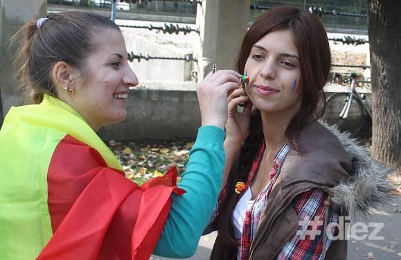 O tânără este vopsită de către activista Tinerilor Moldovei