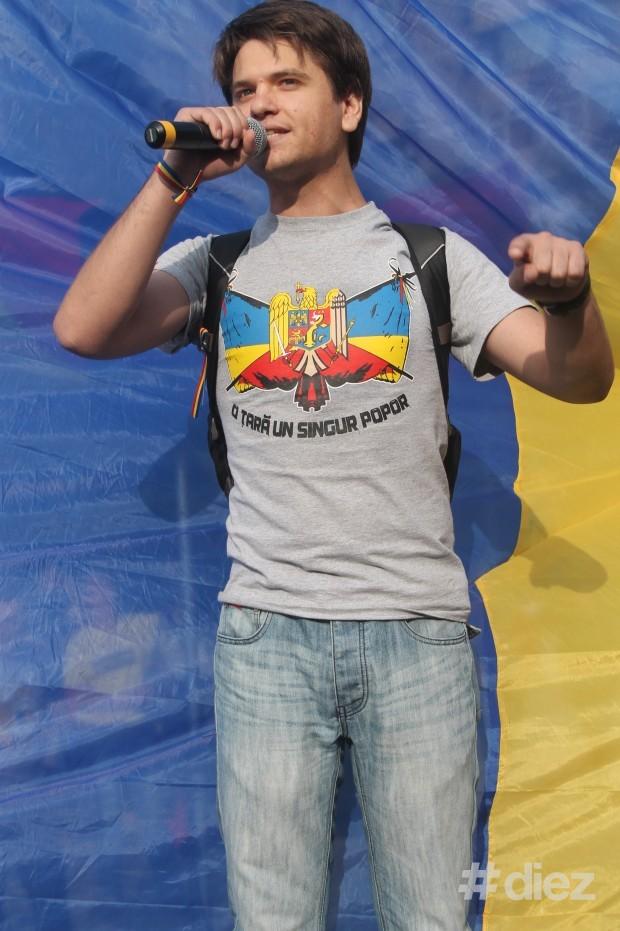 Anatol Ursu rostind un discurs în faţa mulţimii