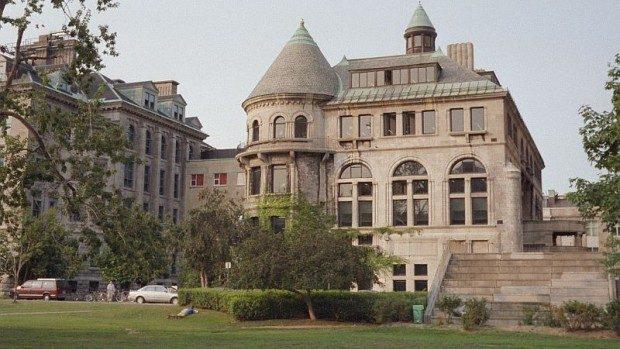 Participă la un forum de discuții la universitatea McGill din Canada