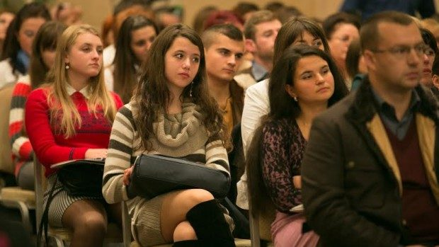 (sondaj) IRI: 64% din populație cred că ideile și necesitățile tinerilor nu sunt luate în calcul