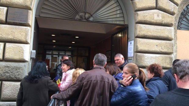 (foto) Alegeri 2014: Moldovenii din diasporă votează. Cozi la Roma