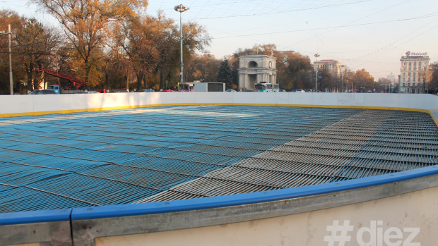 (foto) În centrul Chișinăului a început amenajarea patinoarului în aer liber