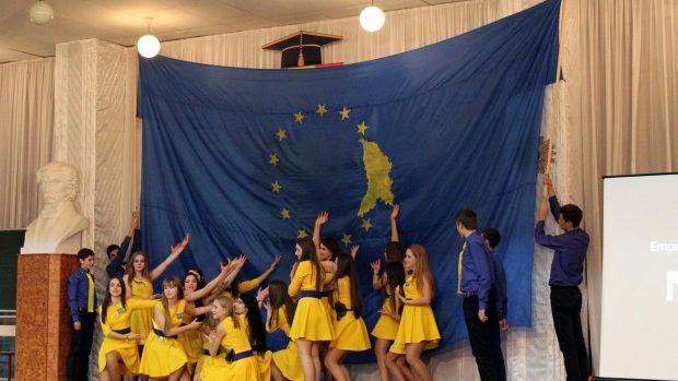 """(foto) Elevii din Liceul """"Gheorghe Asachi"""" susţin parcursul european al Republicii Moldova"""