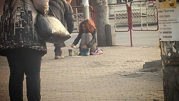 (foto, video) Experiment social: O tânără a cerșit în stradă bunătatea și mila oamenilor din Chișinău