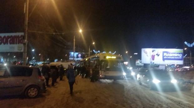 (foto) Troleibuz împins de călători pe o stradă din Chișinău