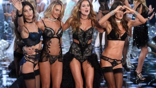 (foto) Îngerașii de la Victoria's Secret au strălucit pe podiumul de la Londra