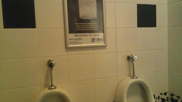 (foto) Cenaclu în doi: Citiți poezii deocheate în toaletele din Chișinău