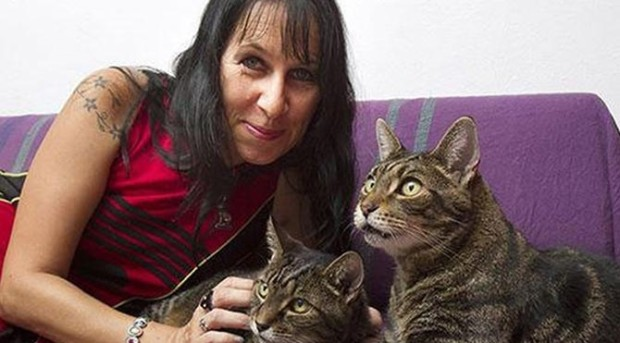(video) O cetățeancă a Marii Britanii s-a căsătorit cu două pisici