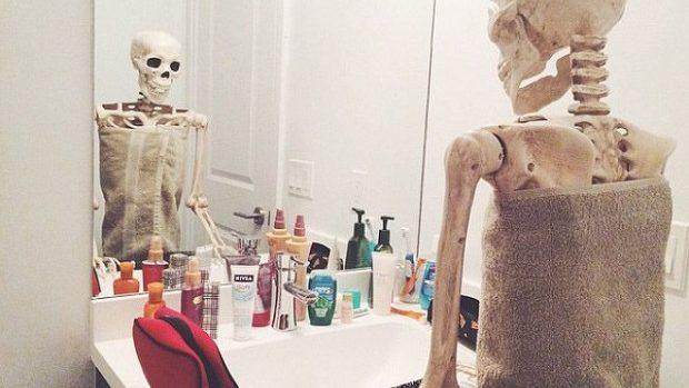 (foto) Skellie – scheletul care imită stereotipurile în pozele de pe Instagram