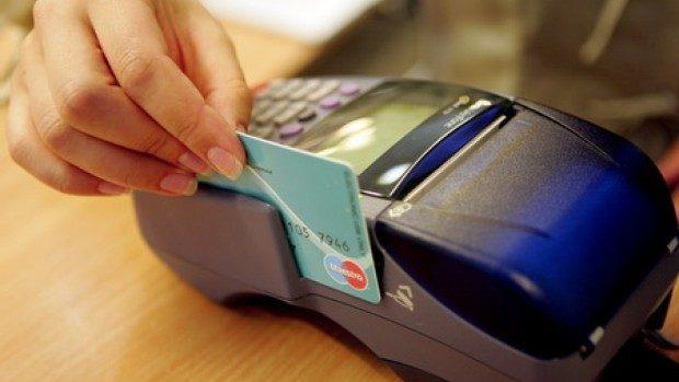 Moldovenii folosesc tot mai des cardurile pentru diferite tranzacții. Au retras cu 1,6 miliarde de lei mai mult ca în 2016