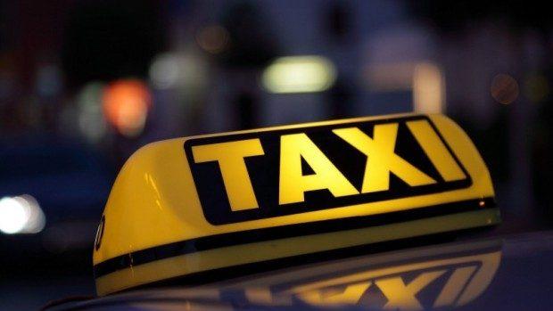 (video) Trei tineri au jefuit și au amenințat cu un cuțit un taximetrist din Chișinău