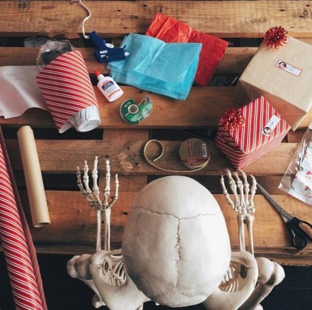 Skellie - scheletul care imită stereotipurile în pozele de pe. PC: InstagramInstagram/omgliterallydead