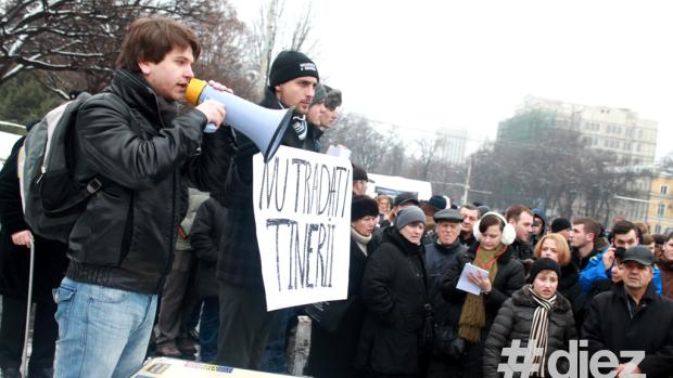 """(foto, video) Protestul din PMAN – Între """"Jos Comuniștii"""" și """"Protestul nu mă reprezintă"""""""