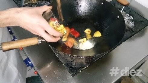 Adăugăm legumele în tigae