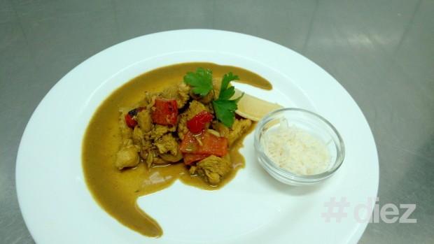 (foto) Mâncare dietică – tropicală. Piept de pui în suc de portocale cu ciuperci, ardei dulce și miere de albine
