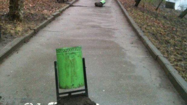 (foto) Culmea nesimțirii: Coșurile de gunoi din Parcul Valea Trandafirilor au fost demontate și lăsate pe alee