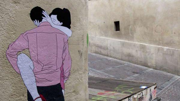 (foto) Tinerii se sărută pasional pe pereții Parisului