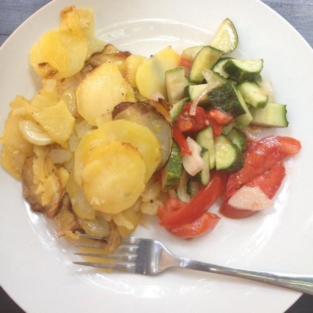 Cartofi și salată de la Poesis PC: Iris C. / Foursquare