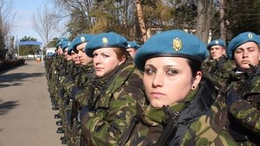 Fetele la Catedra Militară – avantajele absolvirii cursului de instruire militar