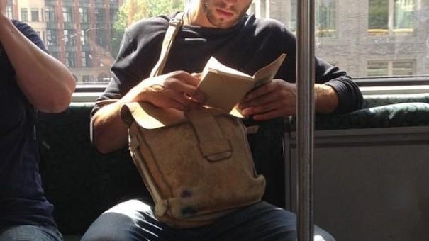 (foto) Cum arată cei mai sexy bărbați din New York fotografiați în timp ce citesc în metrou