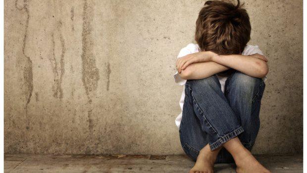 Un adolescent de 15 ani a răpit și agresat sexual un copil de 7 ani