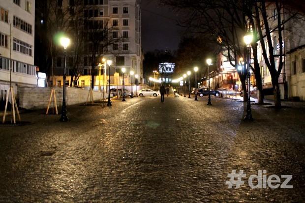 Ora Planetei în Chișinău, strada pietonală iluminată