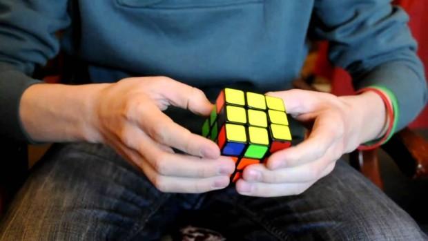 (video) Un student a rezolvat 5 cuburi Rubik cu o singură mână în doar 1 minut și 23 secunde