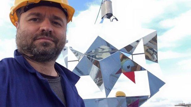 """(foto) """"Floarea Solară"""" a fost instalată pe pavilionul Moldovei de la World Expo"""