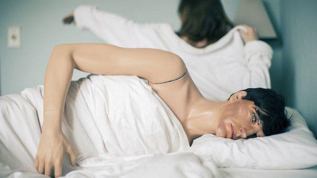 (foto) O femeie, timp de 14 ani, se fotografiază cu un soț din plastic