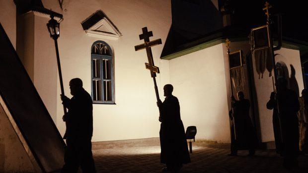 (foto) Sfințenia și tradiția nopții de Paște redate în fotografiile lui Mihail Kalarashan