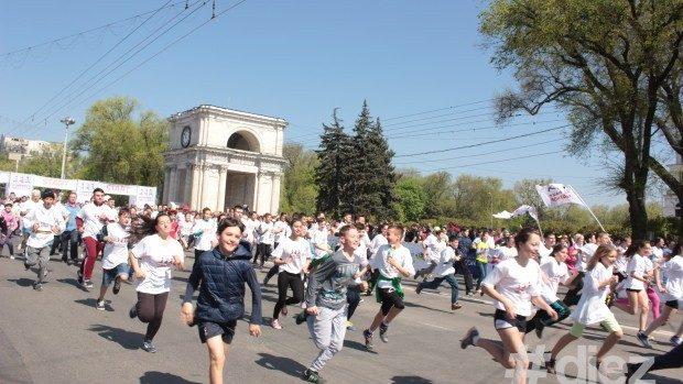 (foto) Primul maraton internațional la Chișinău a adunat reprezentați a peste 30 de țări de diferite vârste