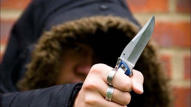 Doi tineri au fost înjunghiați în plină stradă chiar de propriii prieteni