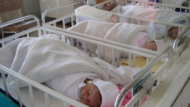 (grafic) Vârsta medie a mamei din Moldova la prima naştere este de 23,9 ani