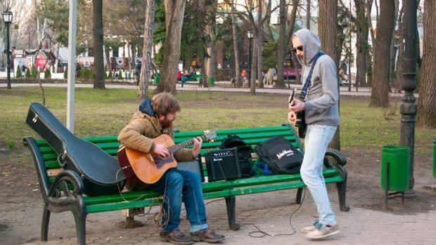 Playlist de vacanță de la Humans of Chișinău – Fiți mai aproape unii de alții